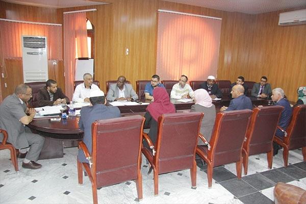 اجتماع بيداغوجي لمدير الجامعة مع الطاقم الإداري لكلية الآداب واللغات